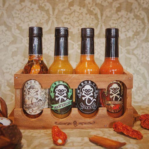 Estante de madera con 4 salsas picantes